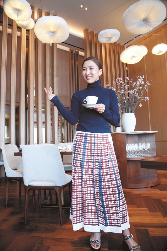 Lucia Cho posando no Bicena localizado no 81º andar da Lotte World Tower em Seul. Foto: The Korea Herald