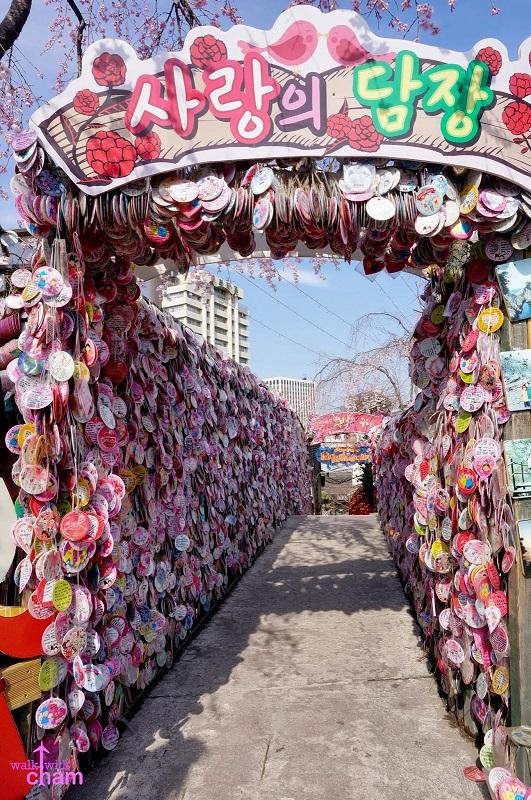 Parede do Amor em Insadong, um local onde os casais geralmente vão para deixar mensagens e tirar fotos. Foto: Shutterstock
