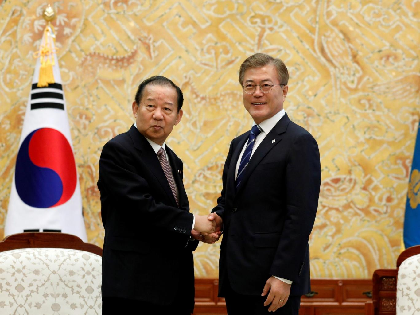 Toshiro Nikai e Moon Jae-in.