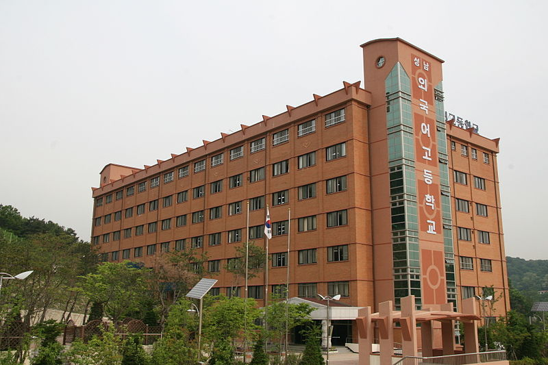 A Escola Seongnam de Língua Estrangeira é uma das 31 escolas autônomas de ensino médio que enfrentam a nova empreitada política.