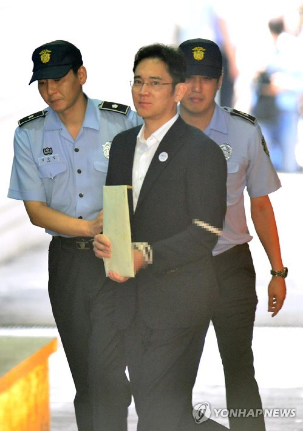 Vice-Presidente Da Samsung Electronics, Lee Jae-Yong, É Conduzido Ao Tribunal Após Chegar No Tribunal Central Distrital De Seul Em 25 De Agosto De 2017. (Yonhap)
