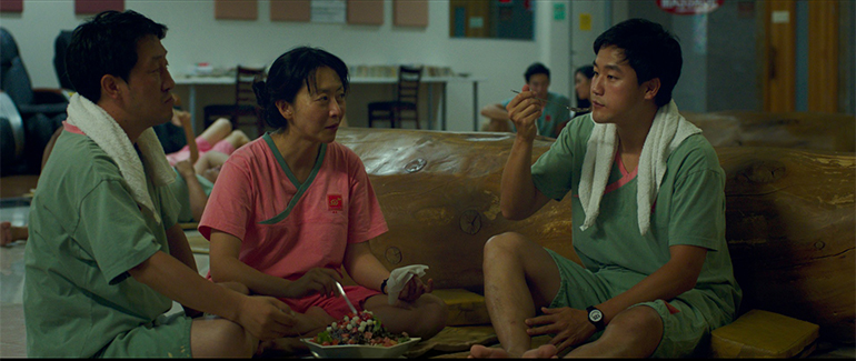 Youn Ho Cho (Jin), Haerry Kim (Soyoung) e Joe Seo (David) a família protegonista do filme SPA NIGHT. Foto: Collider