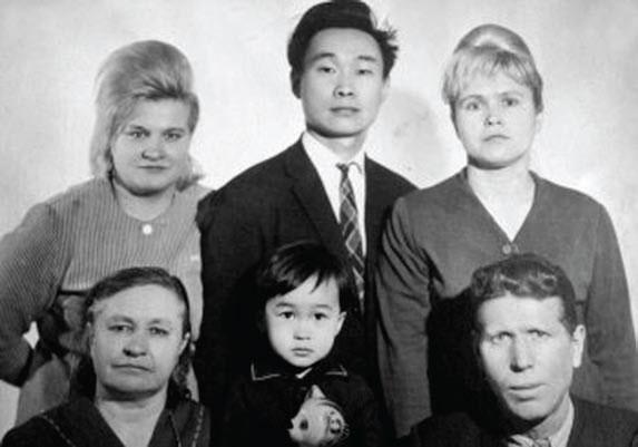 Viktor ao centro e seu pai norte-coreano. Foto: Diletant Media