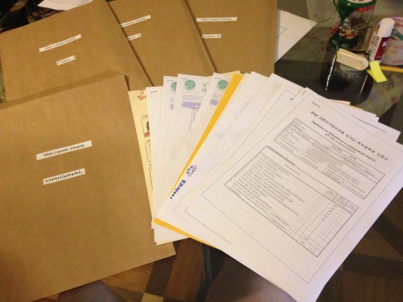 Ontem à noite, eu e a minha mãe terminamos de fazer a conferência dos documentos e acondicionamos tudo em 4 envelopes idênticos. Um é aberto pela embaixada e se eu for pré-selecionada, os outros são enviados para as faculdades que eu escolhi.