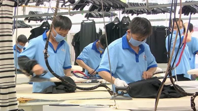 Trabalhadores, numa fábrica do Complexo Industrial de Kaesong. Foto: CNN