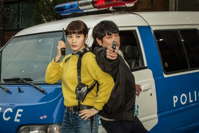 "Kim Hye-soo and Cho Jin-woong estrelam o drama ""Signal"". Foto: tvN"