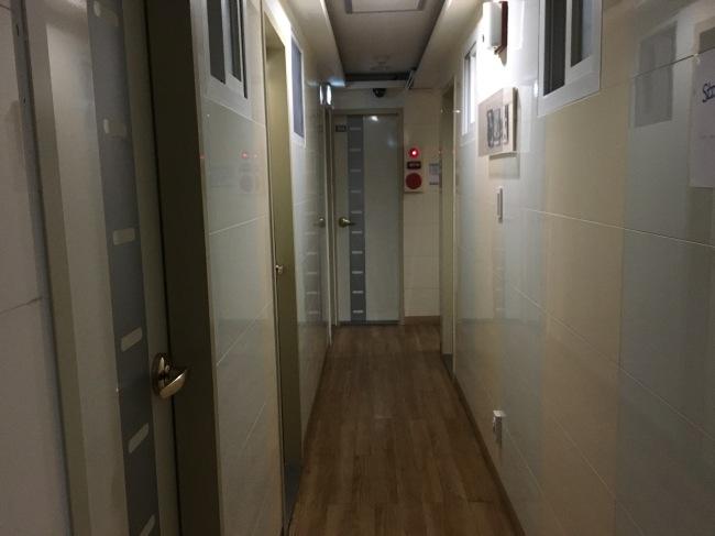 Em um dos Goshiwon em Sinchon, cada quarto é separado por paredes e portas. (Imagem: The Korea Herald
