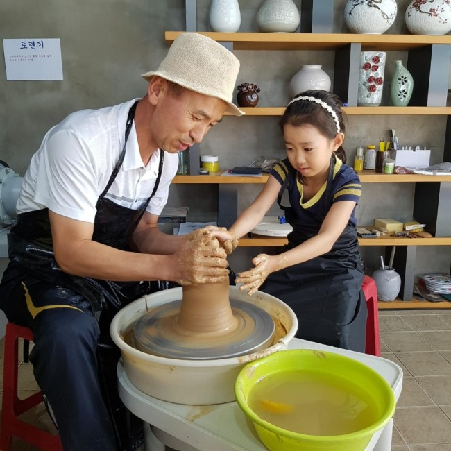 Eu sou Pil-soon, que trabalha no Yeoju Service Areas Ceramic Experience Center, demonstra como fazer cerâmica. (Foto: Área de serviço Yeoju)