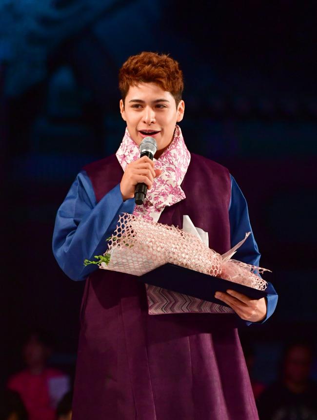 Christian Burgos participa de um evento Hanbok no palácio Gyeongbokgung, em Seul, em outubro. (Hanbok Advancement Center)
