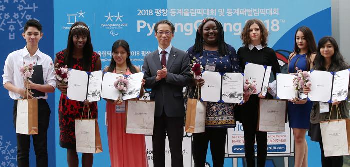 Diretor do serviço de informação e cultura coreana, Kim Tae-Hoon ao lado dos vencedores do concurso 'Talk Talk Korea 2017'. Foto: Korea.net