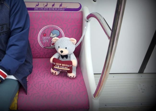 Inspirados por um hospital local, autoridades do ramo de transporte da cidade de Daejeon distribuíram ursinhos de pelúcia pelos vagões no metro da região, tendo como objetivo a conscientização da população em relação aos assentos prioritários para grávidas. Foto: DAEJEON METRO