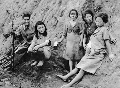 """""""Mulheres de conforto"""" coreanas com um soldado japonês. Fonte: google"""