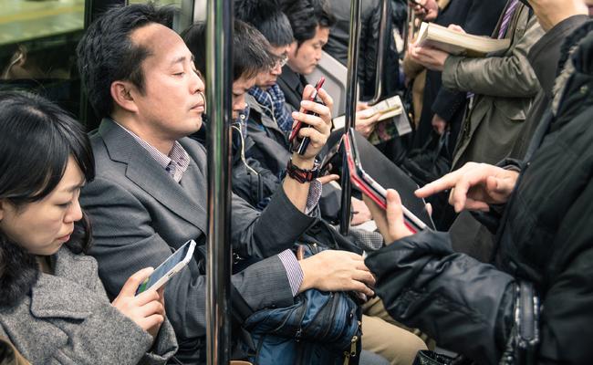 Usuários Do Metrô Com Seus Smartphones. Foto: Korea Bizwire.