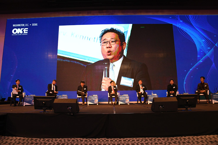Kenneth Bae, president do Nehemia Global Initiative, fala durante uma sessão do International Forum for One Korea em Seul. A partir da esquerda estão Ahn Chan-il, chefe do World North Korea Research Center; Greg Scarlatoiu, director executive do U.S. Committee for Human Rights in North Korea; Kang Young-sik, secretário-geral para o grupo de ajuda humanitária Korean Sharing Movement (KSM); Lee Young-jong, director do Unification Research Center of JoongAng Daily; Kenneth Bae; Kim Hun-il, secretário-general do Unitas; and Joo Hyun-lip, líder de projetos do North Korea Service for Peace Foundation. / Cortesia doGlobal Peace Foundation