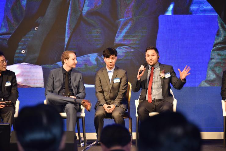Produtor cinematográfico britânico Robert Cannan, à direita, discorre durante um evento para os membros do Action for Korea United em Seul, com seu colega de trabalho Ross Adam, à esquerda. / Cortesia do Global Peace Foundation