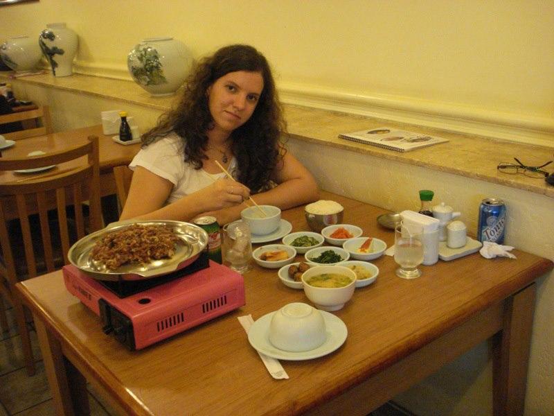 Gente, nesta foto, eu estava comendo comida coreana pela primeira vez, na minha primeira visita à Liberdade com a minha mãe, aos 14 anos! Naquela época tudo isso ainda era um sonho... Que se tornou realidade!!