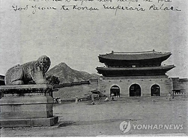 Haetae à beira da atual Praça Gwanghwamun. (Foto: Yonhap)