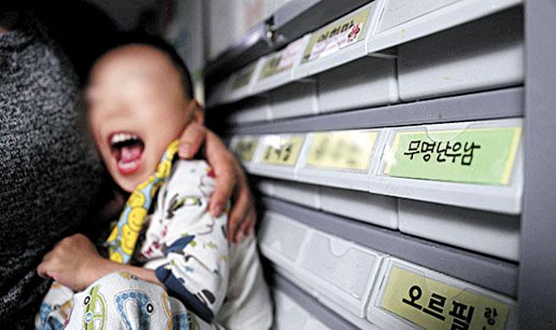 Abandonado em uma igreja do Distrito de Gwanak, jovem permanece invisível para a lei coreana. / Korea JonngAng Daily