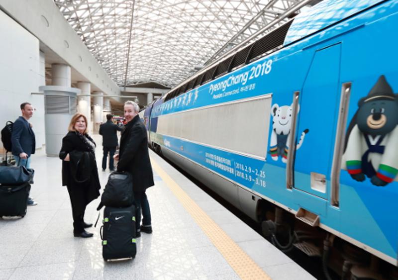 Trem decorado com ilustrações da Olimpíada de PyeongChang 2018. Imagem: Around the Rings