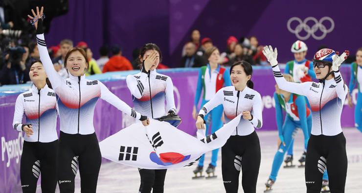 Patinadoras coreanas comemoram depois de conquistar a medalha de ouro na corrida de revezamento de 3000 metros naGangneung Ice Arena /Korea Times, foto de Shim Hyun-chul