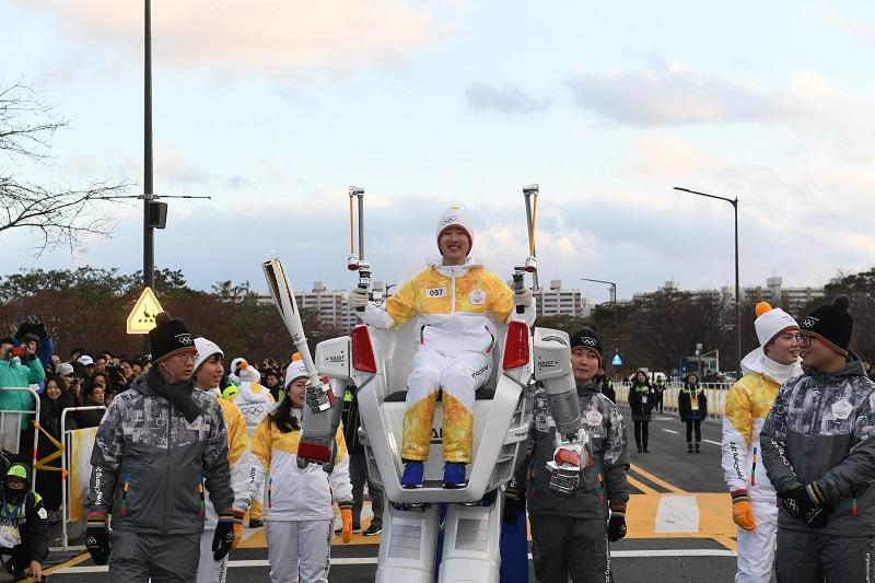 Mesmo antes da abertura o Robo HUBO carregou a tocha olimpica de PyeongChang 2018.