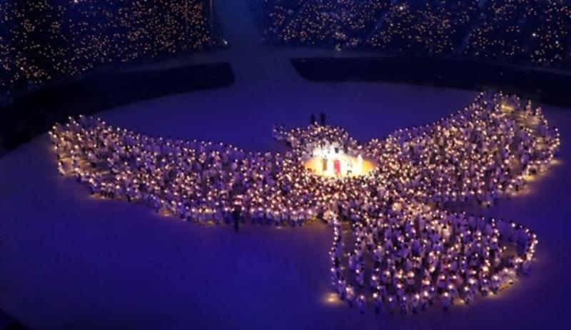 Performance durante a cerimônia de abertura que contou velas LED. Imagem: Korea Bizwire