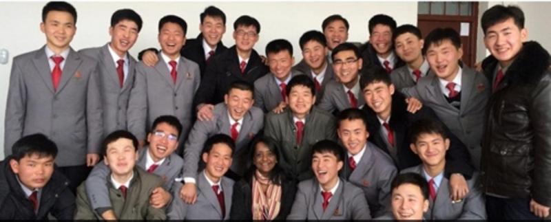 Estudantes norte-coreanos da Pyongyang University of Science & Technology (PUST) posam para foto com uma professora estrangeira. Imagem: Yonhap News.