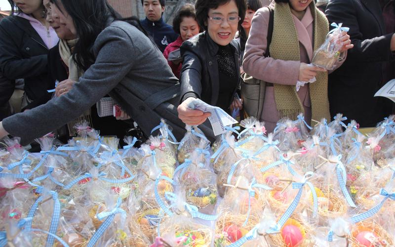"""Algumas igrejas promovem """"feirinhas"""" onde podem ser adiquiridos os ovos tradicionais."""