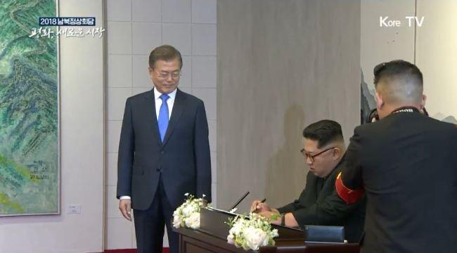 O Líder Norte Coreano, assina o livro de visitantes da DMZ. Foto: Korea Herald