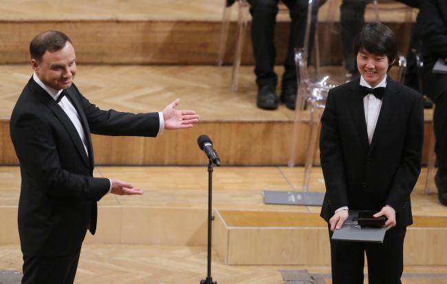 O Presidente Polonês Andrzej Duda Com Vencedor Do Concurso Chopin Seong-Jin Cho. Foto: Pap / Radek Pietruszka