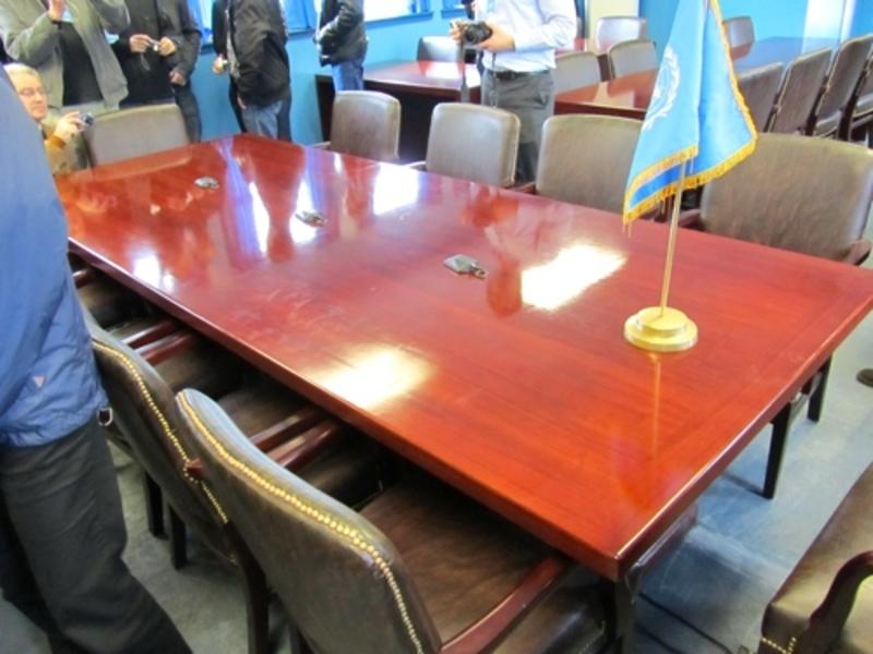 Mesa onde acontecem as conversações entre as Coreias do Sul e Norte. / Foto: Expat Gourmand