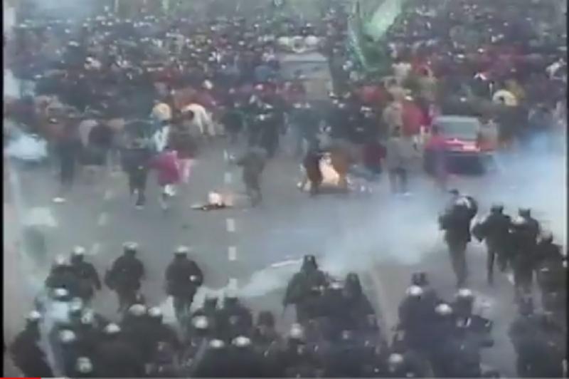 Confronto entre policiais e grevistas