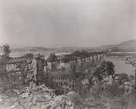 Imagem Com Parte Ponte Destruída Em 1950, Com O Rio Han Passando Por Baixo. Fonte: The Korea Times.