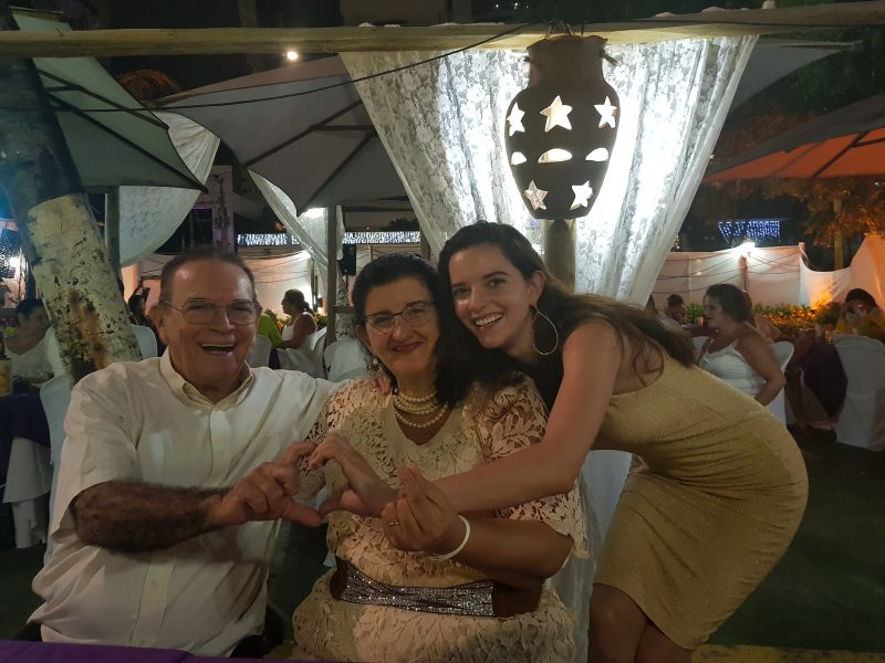 Com a mãe Aparecida Aquino e o pai Edgilson Aquino♡ Virada do Ano novo em Fortaleza 2017-2018. Foto: Arquivo Pessoal