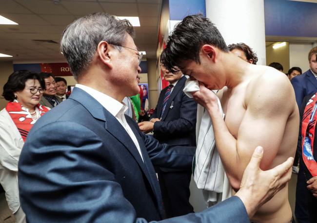 Presidente sul coreano consola o jogador Son Heung-min após a derrota para o México. Fonte: The Korea Herald/Yonhap