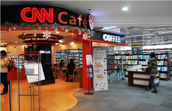 Uma Youngpoong Bookstore em Jongro. Uma joint venture com um CNN Café. Foto: Suburban Girl