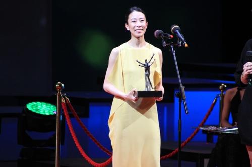 Park Sae-eun recebendo o prêmio no Benois de la Danse em 05/06/2018. Foto: Yonhap