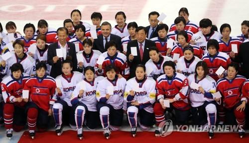 A equipe de hóquei no gelo feminino foi a primeira a promover um time com jogadoras norte e sul-coreanas. Iniciativas como esta visam promover paulatinamente a integração de ambas as Coreias. Foto: Yonhap News.