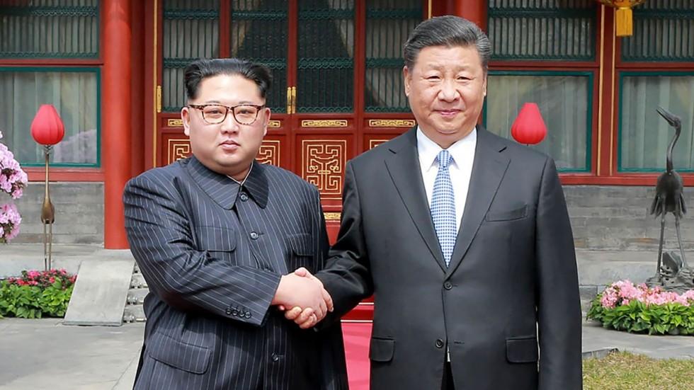 Kim Jong-un (E) e Xi Jingping. Foto: South China Morning Post.