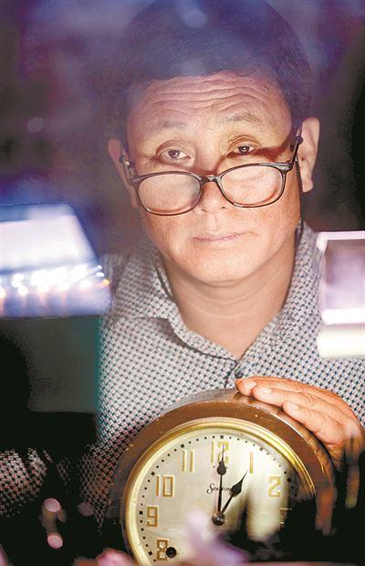 Jang Cung-Rak Mostrando Um Relógio Reparado Por Ele. Foto: Shim Hyun-Chul / Korea Times