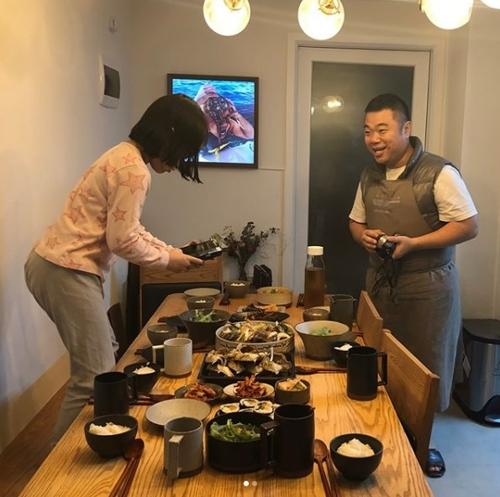 Jeong Jong-chul e sua filha registrando um jantar feito por ele. Foto: arquivo pessoal