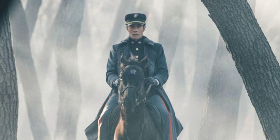 O ator Lee Byung-hun vive Eugene Choi em Mr. Sunshine. Foto: Digital Spy.