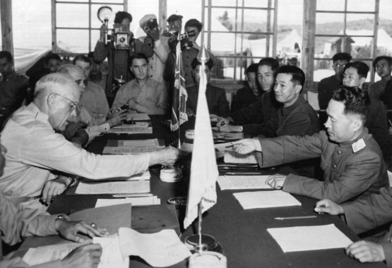 Imagem histórica do momento de assinatura do armísticio, em 1953.