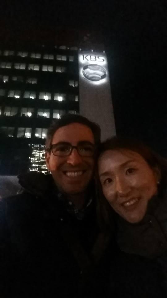 O casal na frente do prédio ad KBS. Foto: arquivo pessal.