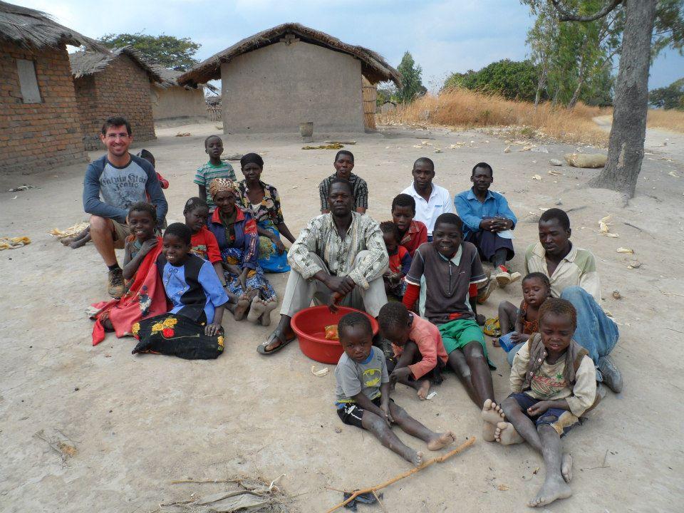 Trabalhando em conjunto com a comunidade do Malawi, na África. Foto: arquivo pessoal.