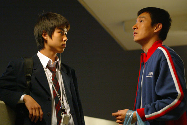 Baek Sung-hyun interpreta o papel do irmão mais novo de Cho-woo que precisa lidar com a falta de atenção da mãe e os cuidados redobrados que deve ter com o irmão. Foto: AsianWiki.