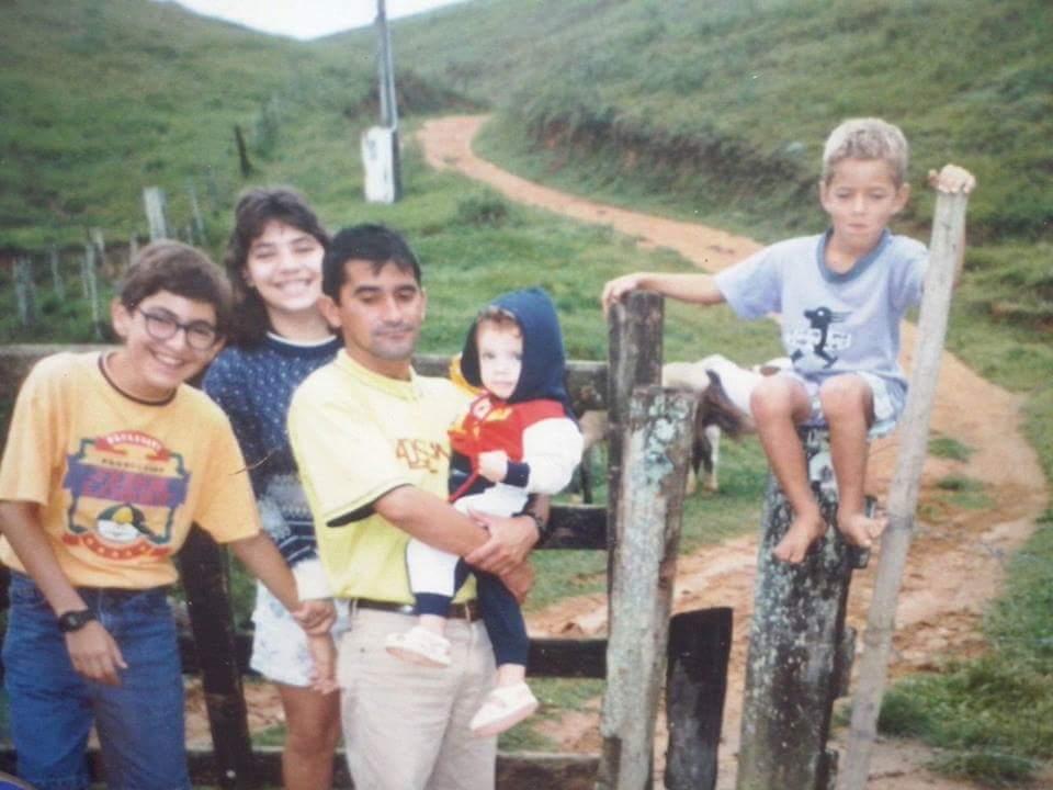 Com a prima Aniele, o irmão Adelson, a prima Ana Cláudia e o primo Ulises. Foto: arquivo pessoal.