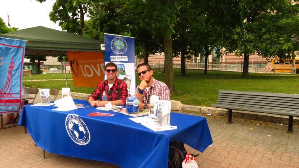 Promovendo o programa de voluntariado One World Center. Foto: arquivo pessoal.