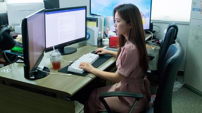 Lee Jisoo é uma das mulheres que trabalham ajudando as vítimas a remover os materiais ilegais da internet. Foto: CNN
