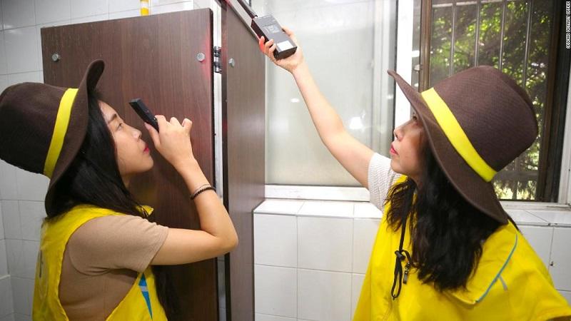 Xerifes de segurança feminina inspecional um banheiro em Seocho, um distrito de Seul. A capital sul-coreana anunciou planos de conduzir essas inspeções diariamente. Foto: CNN